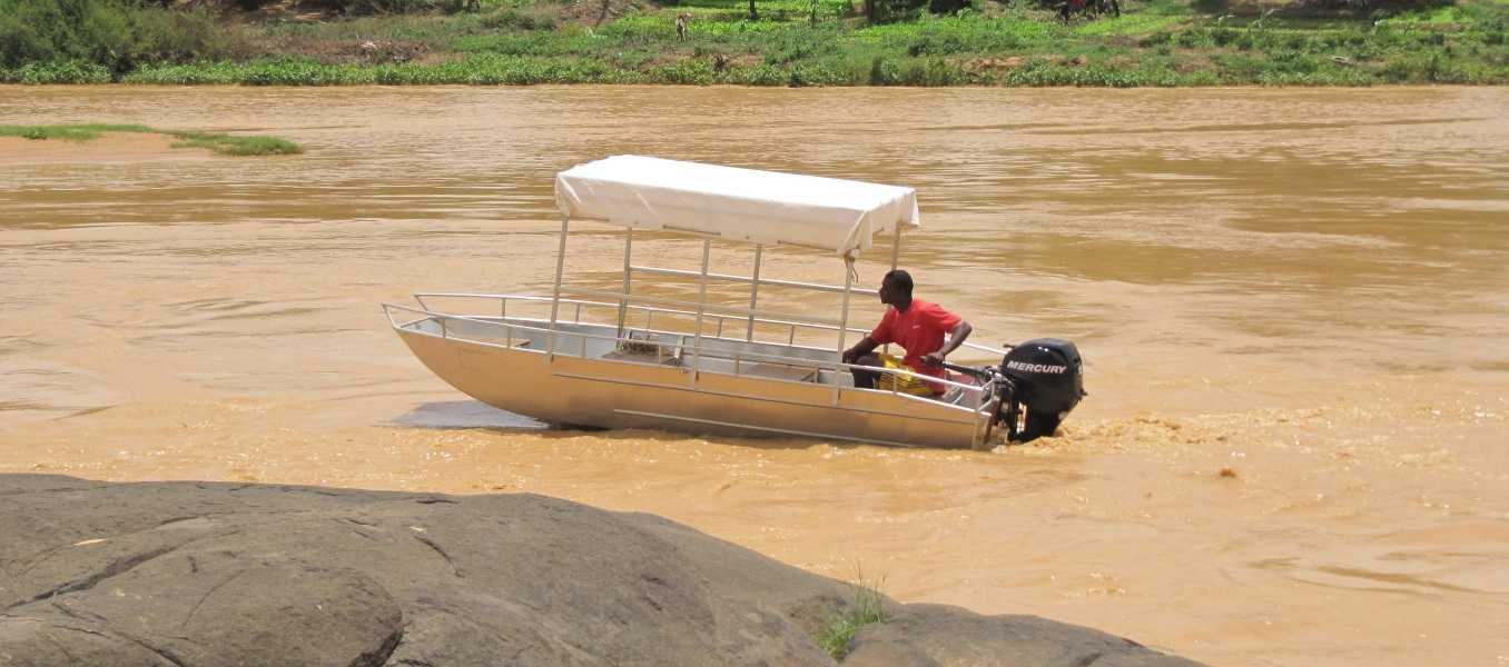 Barco-de-pesca-em-alumínio-com-fundo-plano